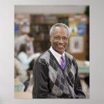 Bibliotecario negro en biblioteca escolar póster