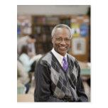 Bibliotecario negro en biblioteca escolar tarjetas postales