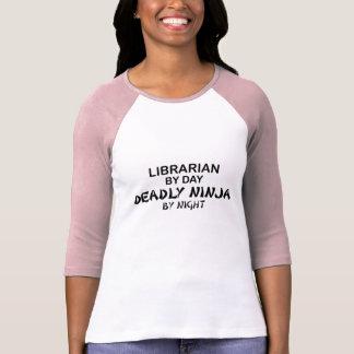Bibliotecario Ninja mortal por noche Playera