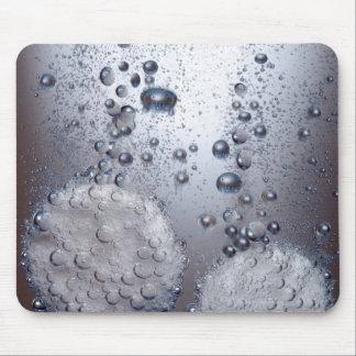 Bicarbonato de tabletas de la soda en agua mouse pads