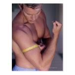 Bíceps de medición del hombre postales