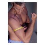 Bíceps de medición del hombre tarjeta
