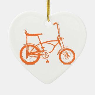 Bici anaranjada retra de Seat del plátano de Krate Adorno De Cerámica En Forma De Corazón