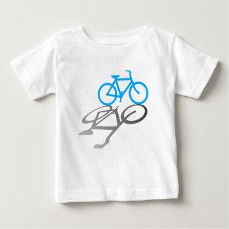 Bici azul con la sombra tshirts