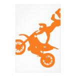 Bici blanca anaranjada simple de la suciedad del m papeleria personalizada