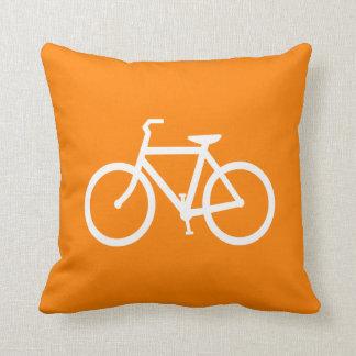 Bici blanca y anaranjada cojín