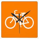 Bici blanca y anaranjada relojes de pared