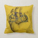 Bici chistosa de la bicicleta amarilla de la mano  cojin