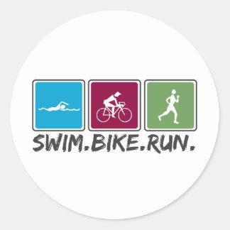 bici de la nadada funcionada con (triathlon) etiqueta redonda
