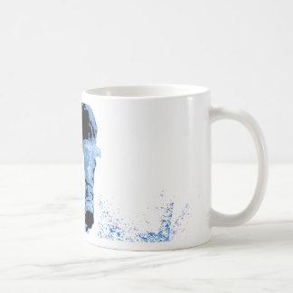 Bici de la suciedad que rueda en el fango (azul) taza básica blanca