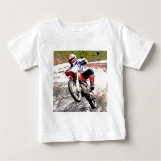 Bici de la suciedad que rueda en el fango en color playeras