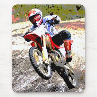 Bici de la suciedad que rueda en el fango en color mouse pads