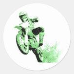 Bici de la suciedad que rueda en el fango (verde) pegatina redonda