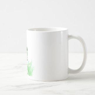 Bici de la suciedad que rueda en el fango (verde) taza básica blanca