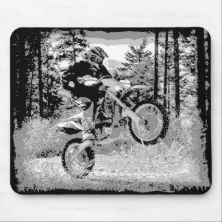 Bici de la suciedad que rueda en las maderas tapetes de raton