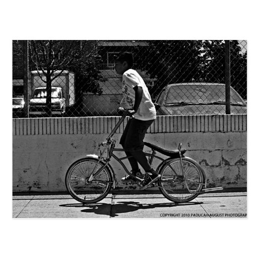 Bici del montar a caballo del muchacho tarjeta postal
