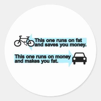 Bici divertida contra el coche etiqueta redonda