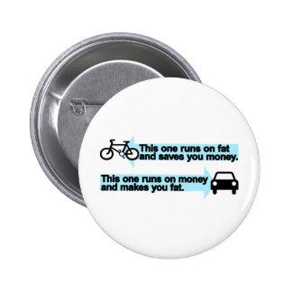 Bici divertida contra el coche pin redondo de 2 pulgadas