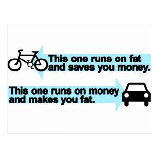 Bici divertida contra el coche tarjeta postal