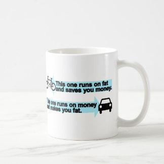 Bici divertida contra el coche taza de café