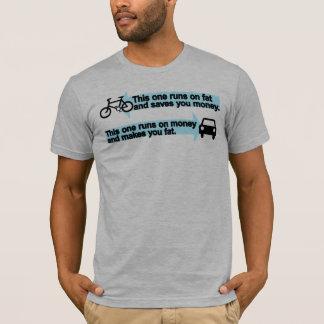 Bici divertida contra la camiseta del coche
