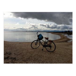 Bici en la playa tarjetas postales
