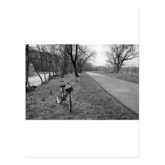 Bici en rastro en blanco y negro tarjeta postal