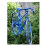 Bici que cuelga sobre la calle postal
