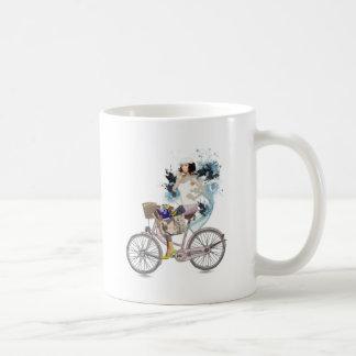 Bici que monta a la playa taza de café