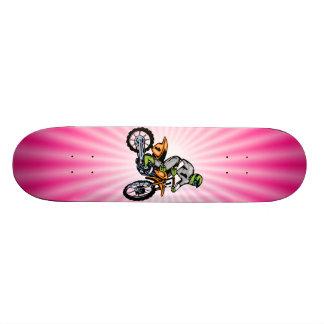 Bici rosada de la suciedad tabla de skate