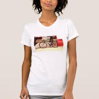 bici urbana en la pared roja playera