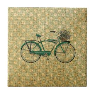 Bici verde retra con la cesta de la flor azulejo cuadrado pequeño