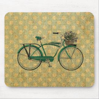 Bici verde retra con la cesta de la flor mouse pads