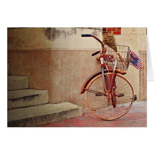 Bici vieja en la acera tarjeta de felicitación