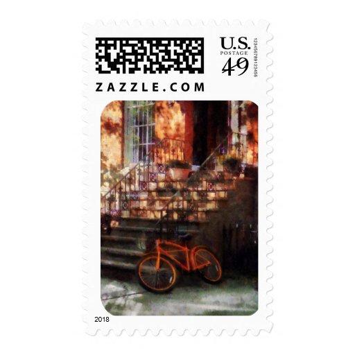 Bicicleta anaranjada por la arenisca de color oscu