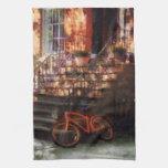 Bicicleta anaranjada por la arenisca de color oscu toallas de cocina