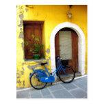 Bicicleta azul contra una pared amarilla