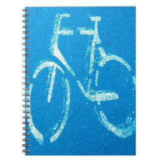 Bicicleta blanca azul, muestra de ciclo de las libros de apuntes con espiral