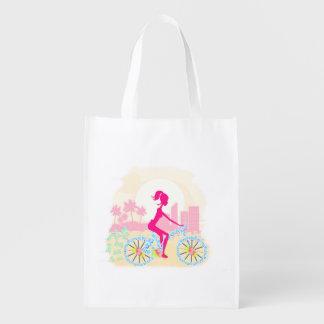 Bicicleta con el bolso de ultramarinos bolsas de la compra