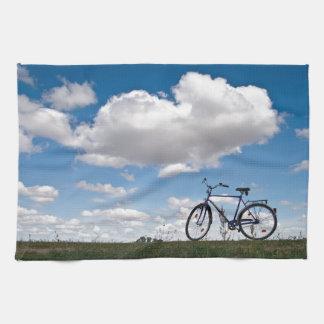 Bicicleta con el cielo azul y las nubes toallas de mano