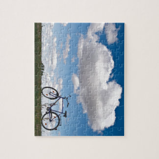 Bicicleta con el cielo azul y las nubes rompecabezas con fotos