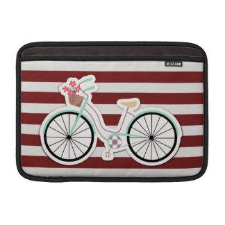Bicicleta con las flores en un fondo rojo y blanco fundas para macbook air