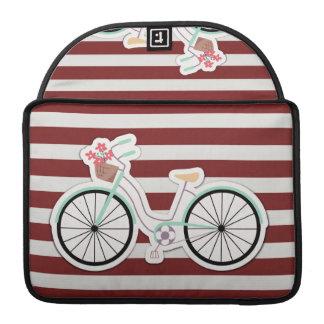 Bicicleta con las flores en un fondo rojo y blanco fundas para macbooks