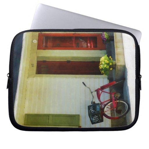 Bicicleta de la entrega por dos puertas rojas funda computadora