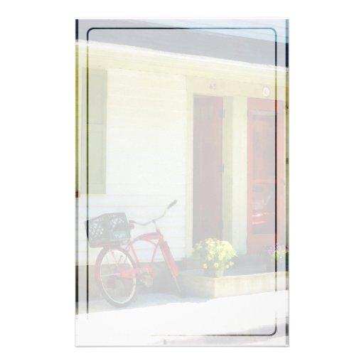 Bicicleta de la entrega por dos puertas rojas  papeleria de diseño