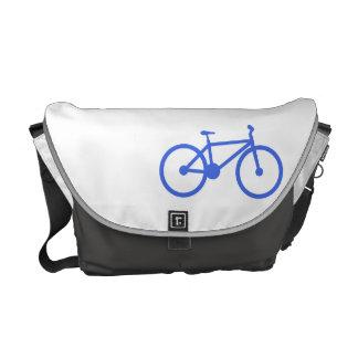 Bicicleta del azul real y del blanco bolsas de mensajeria
