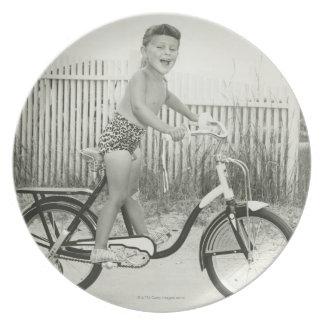 Bicicleta del montar a caballo del chica platos para fiestas