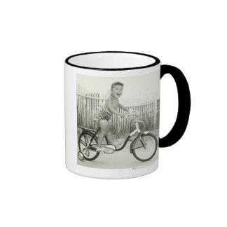 Bicicleta del montar a caballo del chica taza