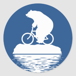 Bicicleta del montar a caballo del oso polar en el pegatina redonda