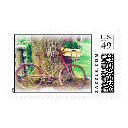 Bicicleta del vintage con la cesta de la flor timbre postal